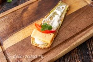 Смазываем кабачок майонезом сверху кладем сыр, помидоры и петрушка