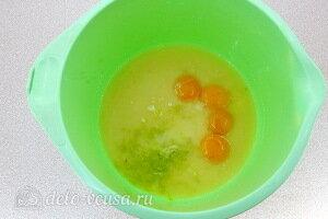 Соединяем желтки, сгущенку, сок и цедру лайма