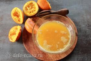 Из апельсина выдавливаем сок