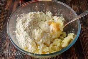 В остывшее картофельное пюре добавляем творог и пшеничную муку