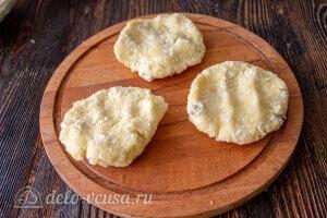 Готовим картофельно-творожное тесто для зразов и формируем из него лепешки