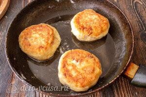 Жарим картофельно-творожные зразы с мясом на сковороде с двух сторон