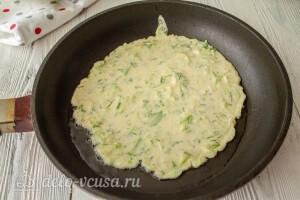 На разогретой сковороде несколько минут обжариваем блин из кабачкового теста