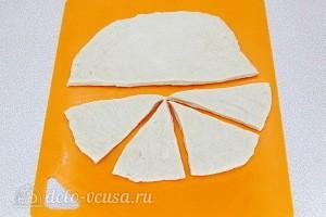 Делим тесто на три части, каждую раскатываем в круг и разрезаем на сегменты