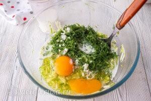 Добавляем яйца к овощам