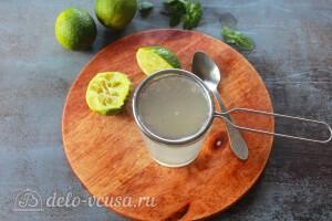 Выжимаем лаймовый и мятный сок