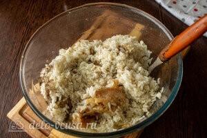 Рис варим до полуготовности и смешиваем с фаршем