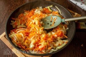 Морковь и лук обжариваем на сковороде