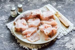 Рыбу потрошим, чистим и режем на порции