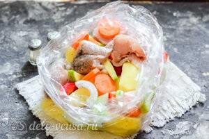 Все ингредиенты и специи кладем в рукав, завязываем и отправляем в духовку