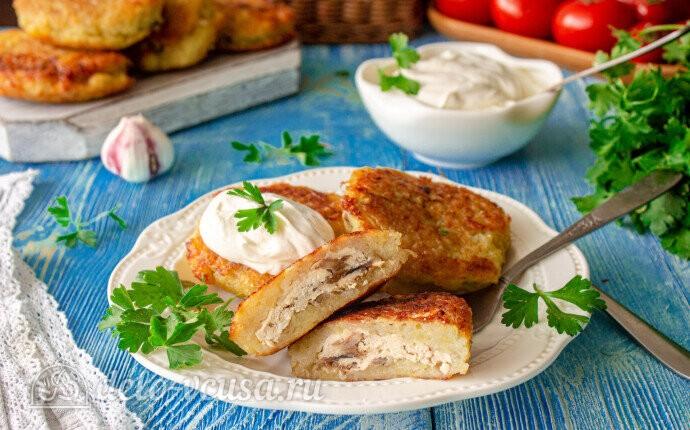 Картофельные драники с курицей и грибами