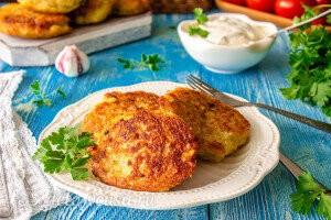 Картофельные драники с курицей и грибами готовы