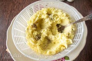 Измельчаем картошку и лук и даем стечь лишнему соку