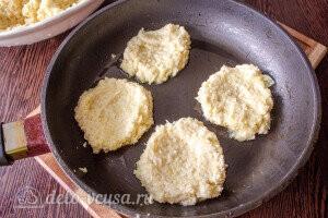 Кладем на сковороду ложку картофельного теста