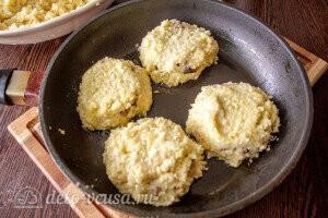 Накрываем фарш картофельным тестом и жарим драники до румяного цвета