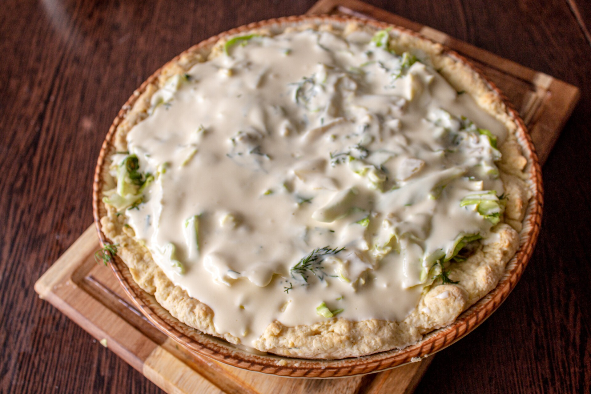 Киш с капустой и яйцом: заливаем пирог сметанной заливкой