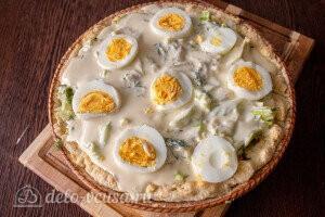 Киш с капустой и яйцом: сверху кладем ломтики вареных яиц и отправляем киш в духовку