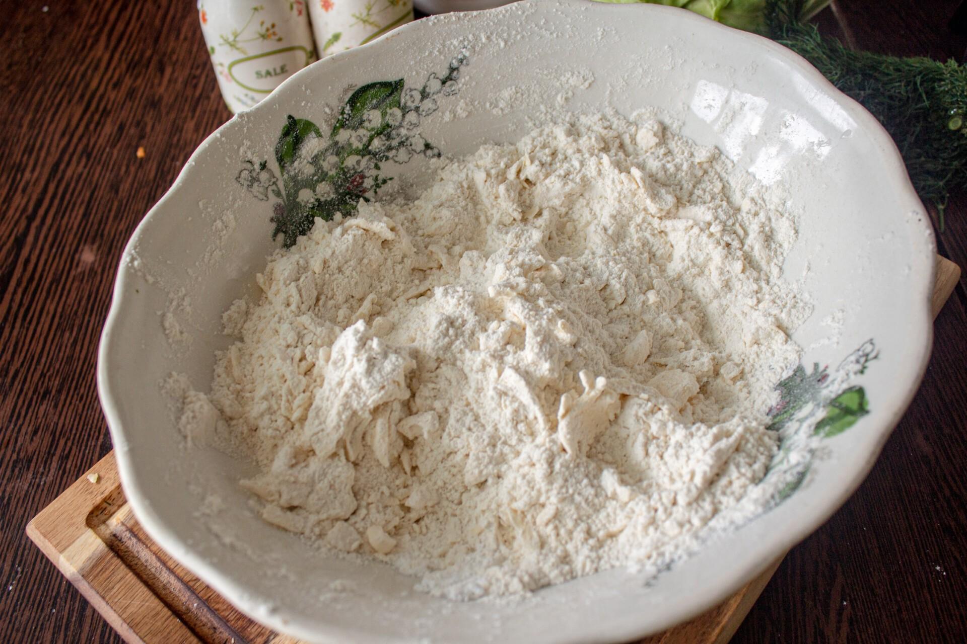 Киш с капустой и яйцом: перемешиваем масло с мукой в мучную крошку