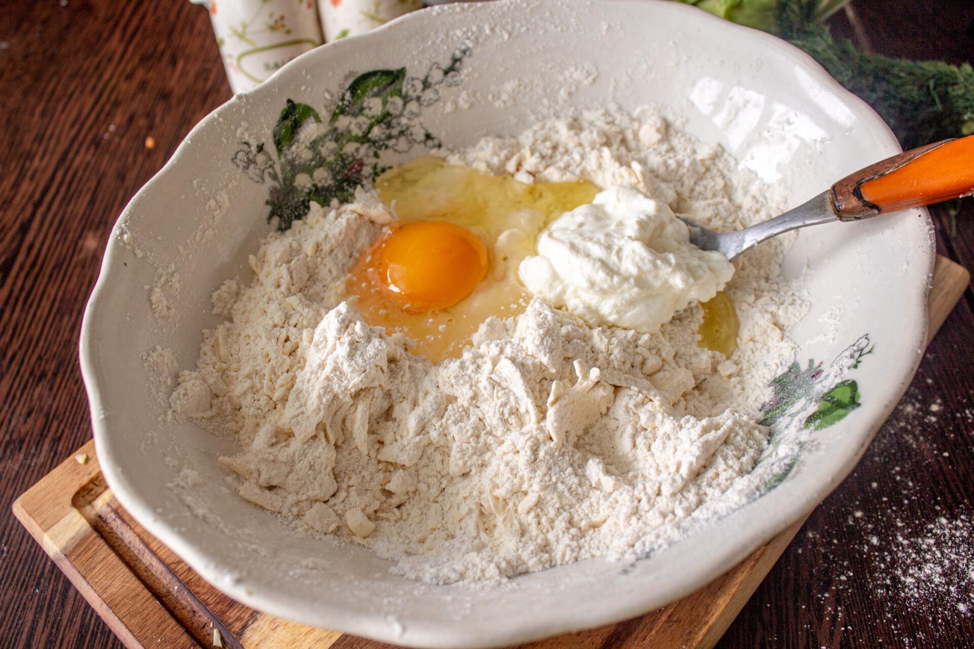 Киш с капустой и яйцом: к тесту добавляем яйцо и сметану