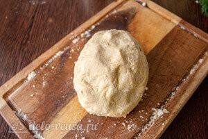 Открытый пирог с капустой и яйцом: Замешиваем мягкое песочное тесто и скатываем его в шар