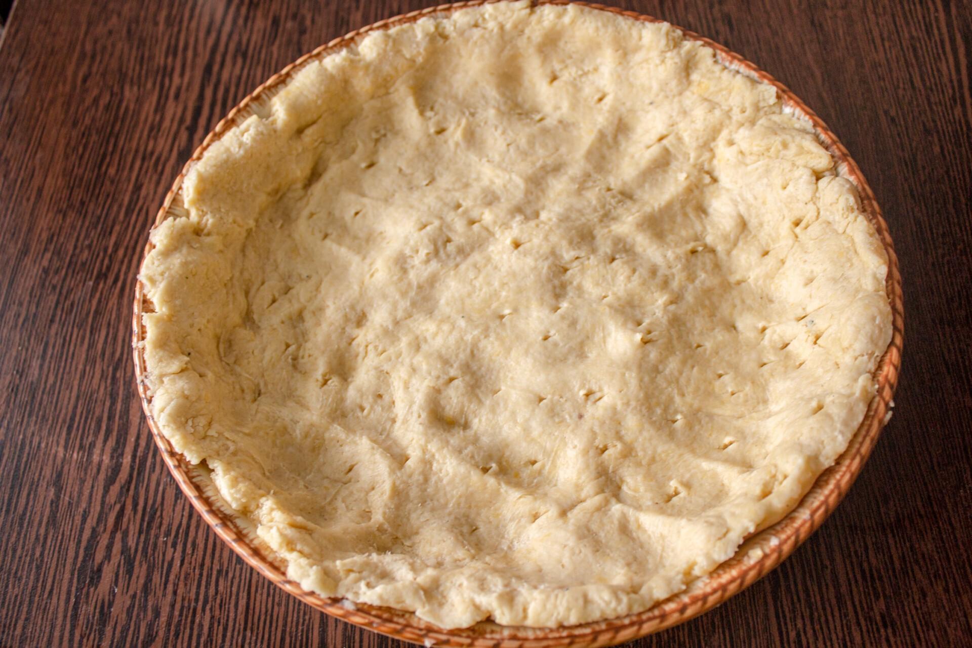 Пирог с капустой и яйцом: песочное тесто распределяем в форме формируя бортики для будущего пирога