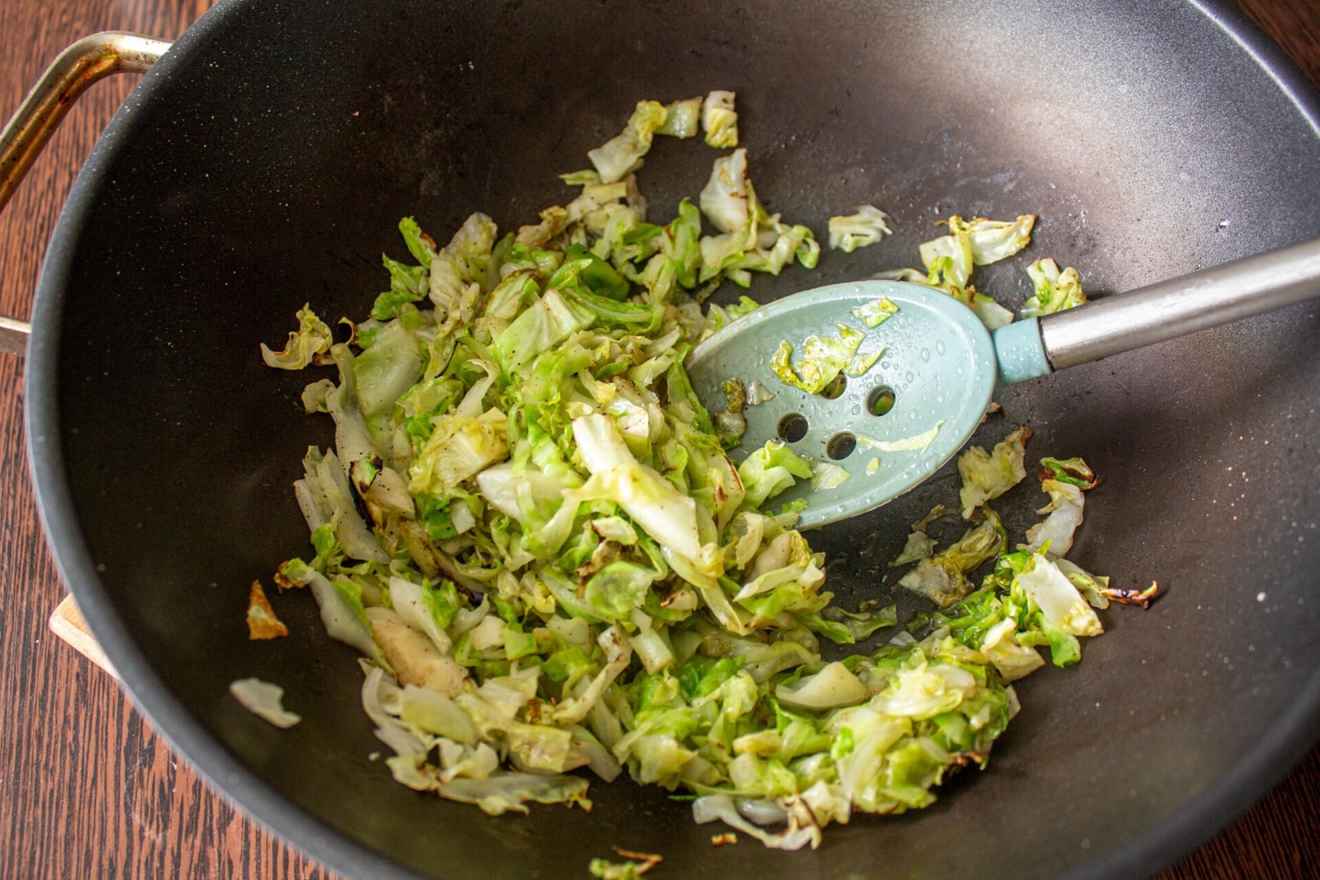 Киш с капустой и яйцом: обжариваем капусту на сковороде в течение 5 минут