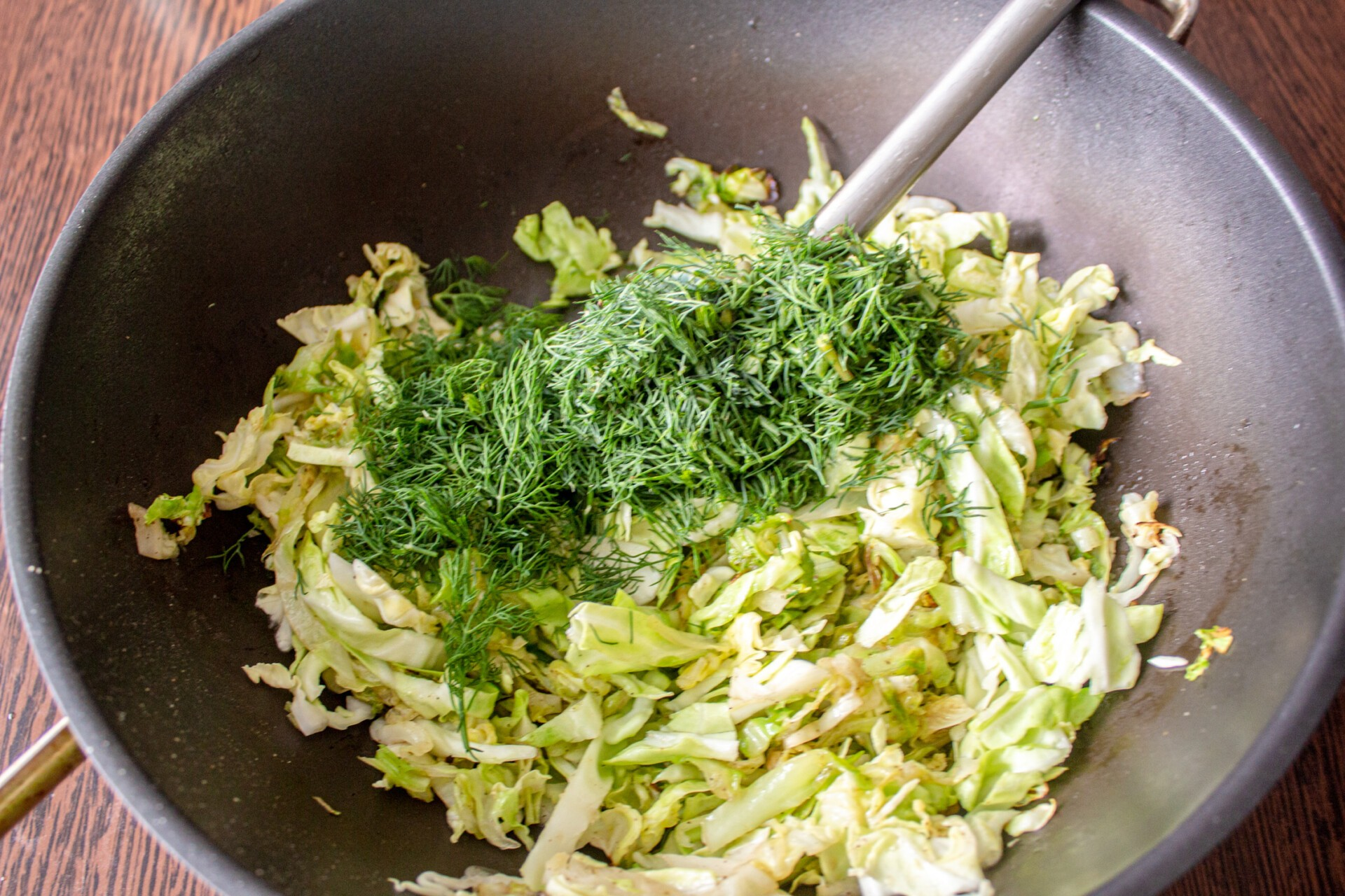 Киш с капустой и яйцом: добавляем к капусте соль, перец и измельченный укроп
