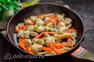 Обжариваем курицу и овощи на сковороде