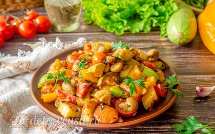 Летнее овощное рагу из кабачков с грибами и перцем