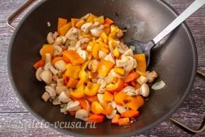 Отправляем крибы, перец, лук и морковь в сковороду