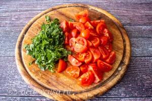 Измельчаем петрушку и режем томаты