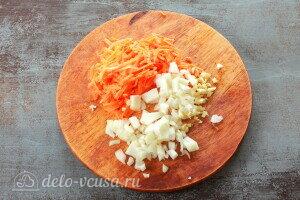 Одну луковицу, морковь и чеснок измельчаем
