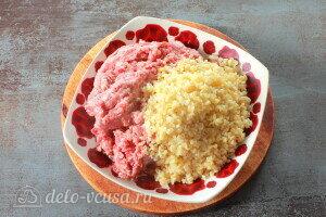 Соединяем булгур, мясной фарш и сырой измельченный лук