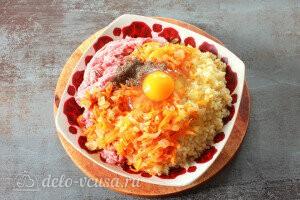 Добавляем обжаренные овощи, яйцо и специи