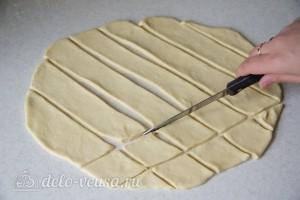 Разрезаем тесто на ромбики 4 на 4 см