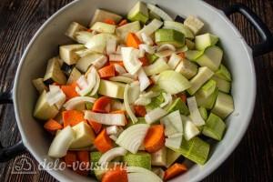 Лук и морковь режем и добавляем в баклажанам и кабачкам