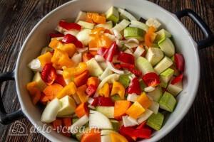 Режем сладкий перец и отправляем к овощам в форму для запекания