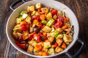 Перемешиваем овощи с томатным соусом и запекаем еще 10 минут