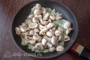 Обжариваем лук на сковороде и добавляем к нему грибы