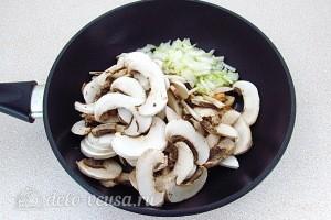 Обжариваем лук и грибы ан растительном масле