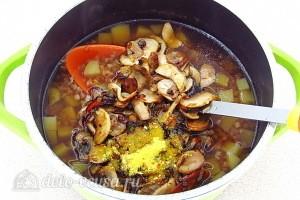 Лук, грибы и специи добавляем в кастрюлю