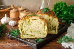 Постный хлеб с чесноком и зеленью готов