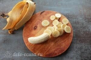 Бананы чистим и режем тонкими ломтиками