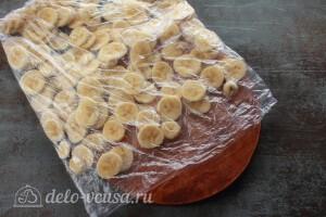 Кладем бананы в пакет тонким слоем и прячем в морозильную камеру