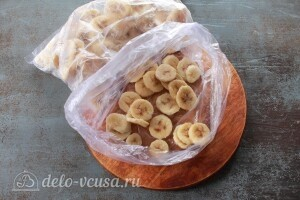Через 2-3 часа достаем замороженные бананы