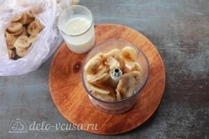 В чашу блендера кладем бананы с молоком и измельчаем в мягкую массу