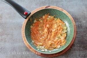 Добавляем к луку тертую морковь