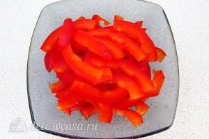 Сладкий перец режем соломкой