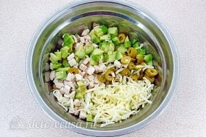 Соединяем все ингредиенты для салата кроме листового салата
