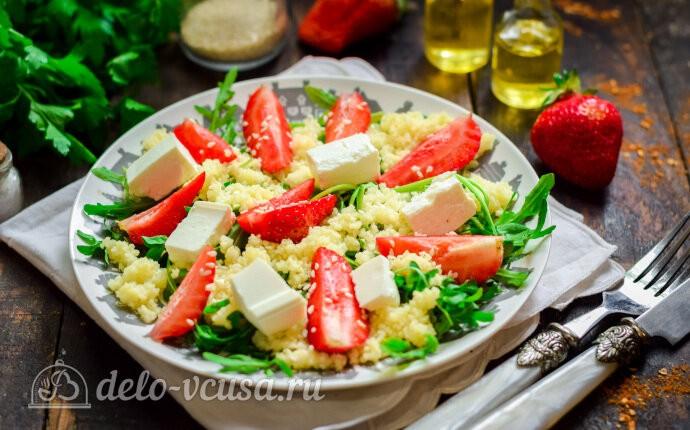 Рецепт салат из клубники с кускусом и рукколой
